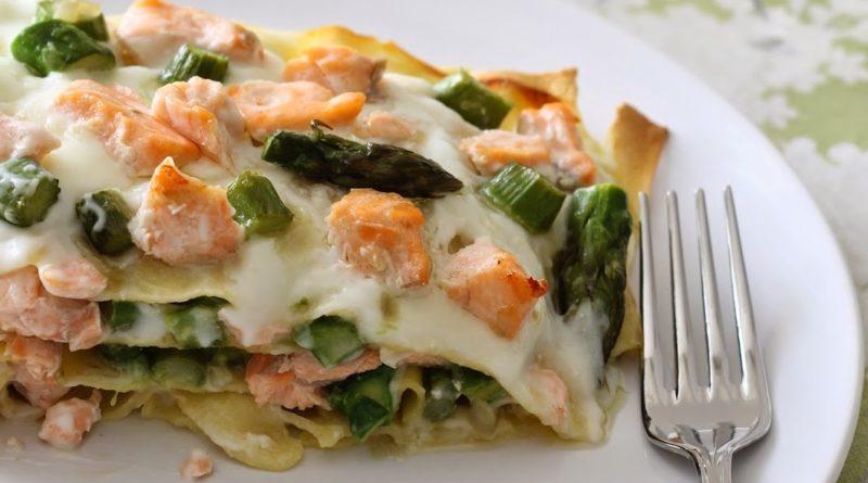 Лазанья с лососем на тарелке