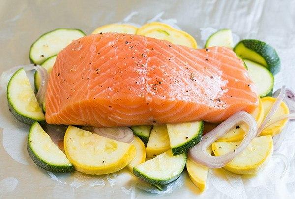 Кусок лосося на овощах