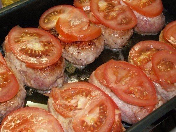Нарезанные томаты на котлетах
