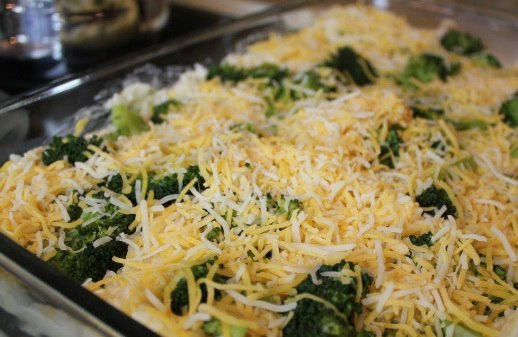 Посыпаем заготовку тертым сыром