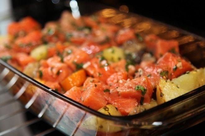 Кусочки кеты с овощами до запекания