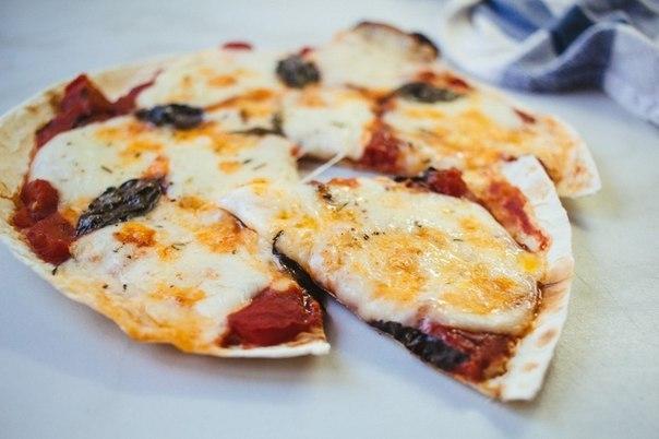 Готовая пицца на тонком лаваше