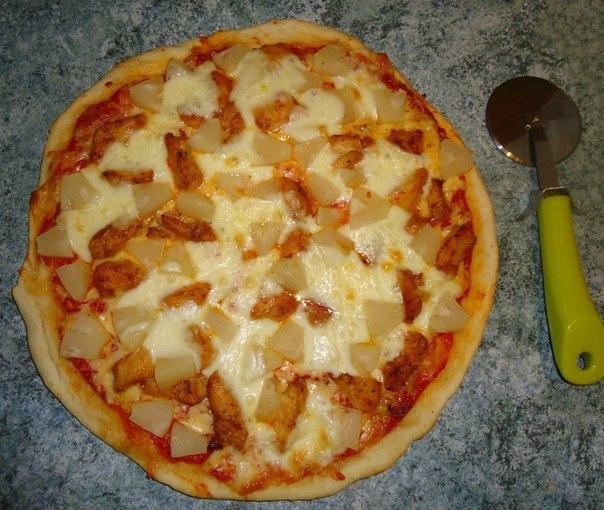 Готовая пицца с ананасами и курицей
