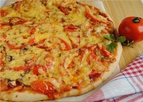 Готовая пицца с куриным филе и томатами