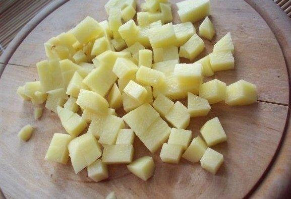 Картошка, нарезанная кубиками