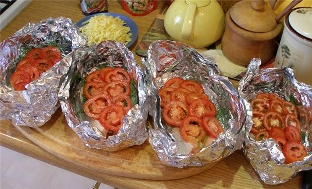 Кета с томатами в фольге