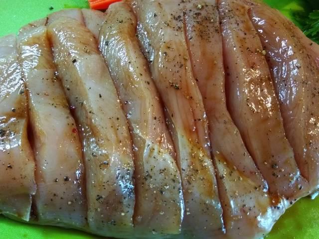 Мясо с надрезами в маринаде