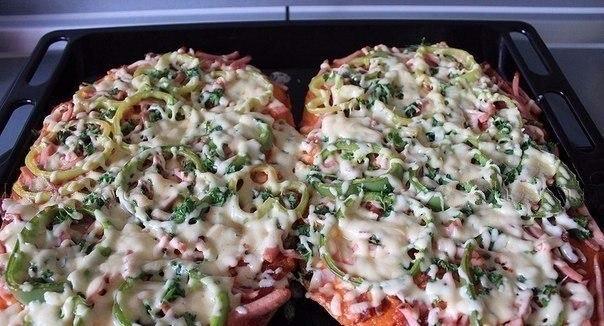 Пицца на толстом лаваше в духовке после запекания