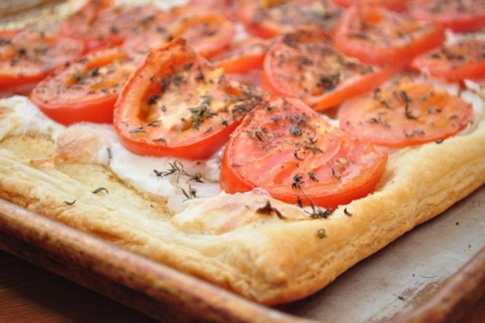 Пицца после первого этапа запекания