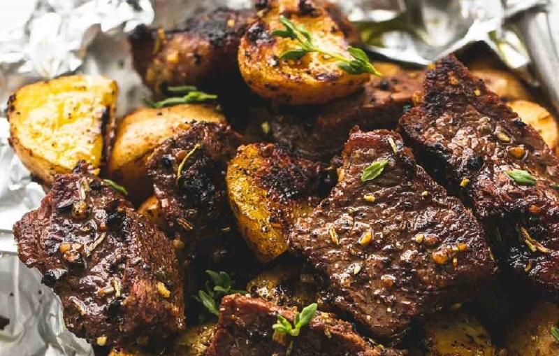 Готовая говядина с картофелем в фольге