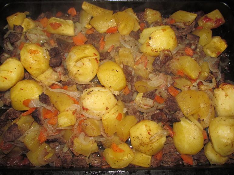 Готовая говядина с картошкой и кабачками