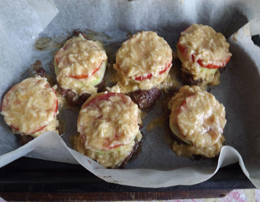 Говядина с кабачками и помидорами под сыром перед запеканием