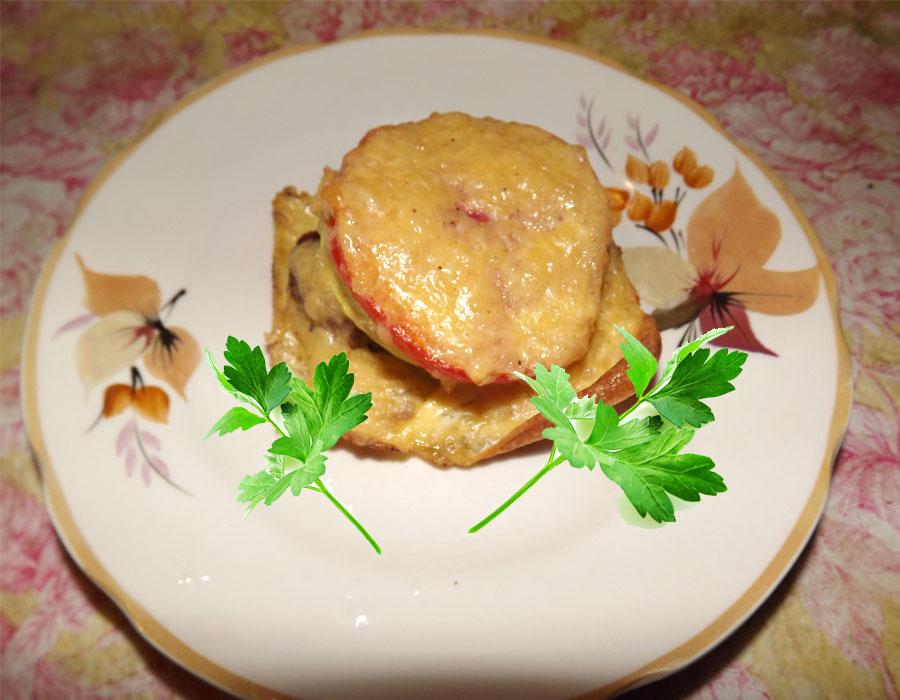 Готовая говядина и кабачки под сыром