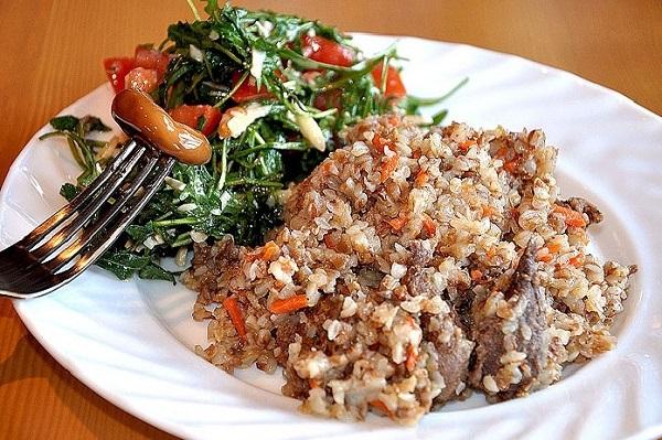 Гречневая крупа с мясом на тарелке - подача