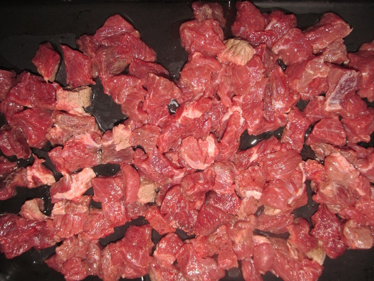 Запекаем кусочки мяса на противне