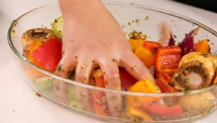 Процесс маринования овощей