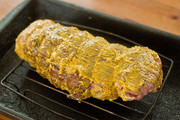 Мясо, смаазнное горчицей на решетке