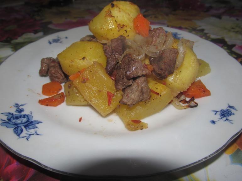 Подача готового мяса с овощами