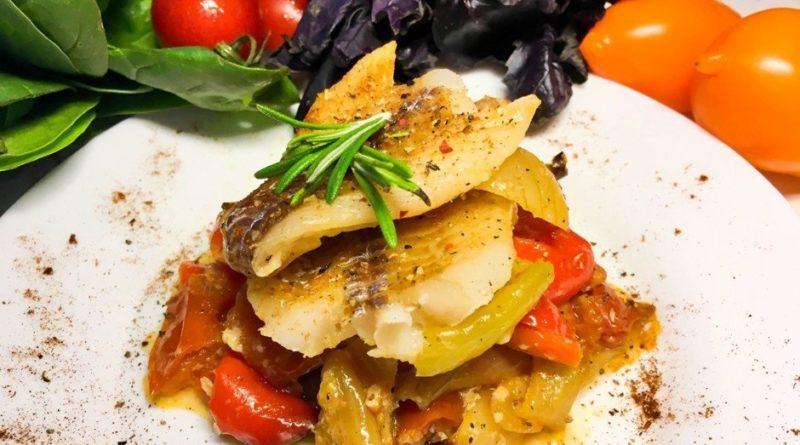 Запеченный минтай с овощами в духовке