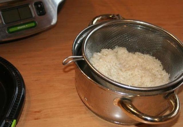 Отваренный рис на дуршлаге