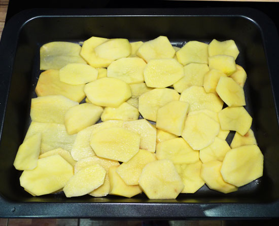 Слой картофеля в жаровне