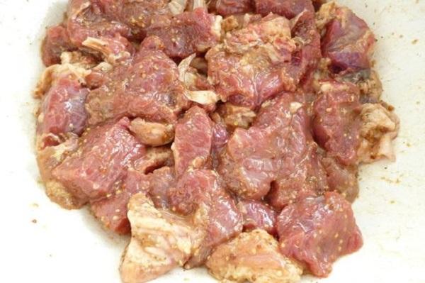 Замаринованные кусочки говядины
