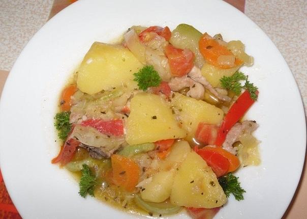 Подача индейки, запеченной с овощами