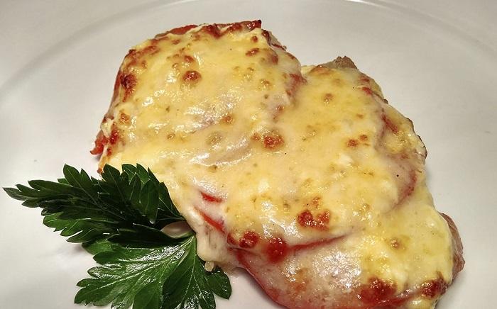 индейка в духовке с помидорами и сыром