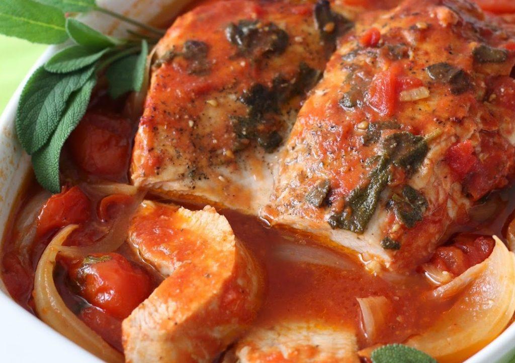 Грудка индейки, запеченная с томатами в овощном бульоне