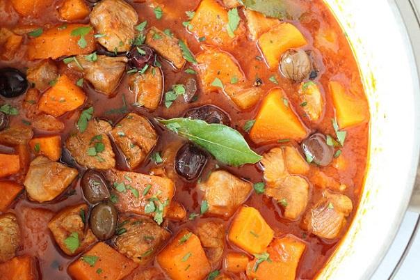Индейка с тыквой, оливками в жаровне