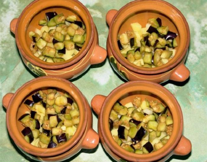 Выкладка нарезанных баклажанов по горшочкам