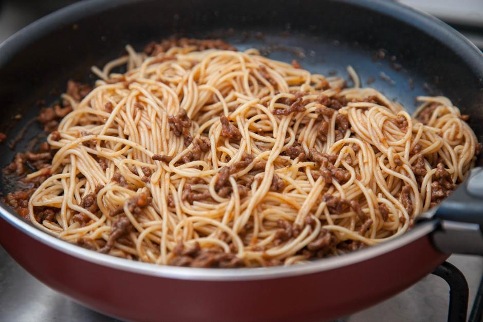 Обжариваем фарш со спагетти
