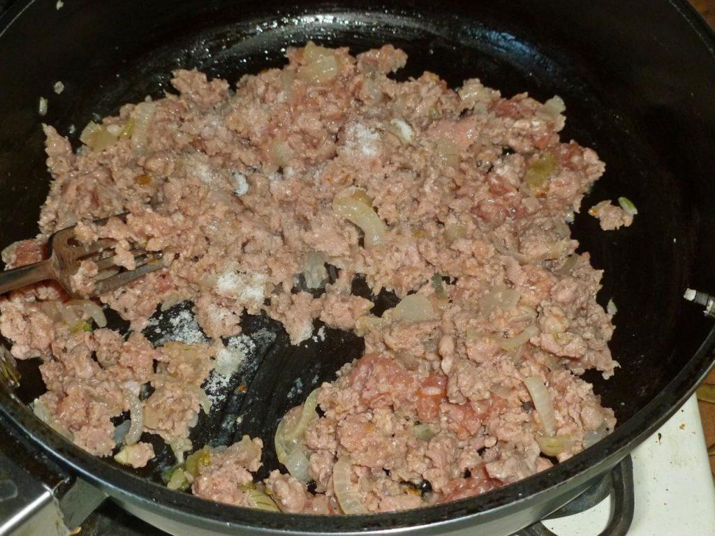 Обжарьте с луком мясной фарш
