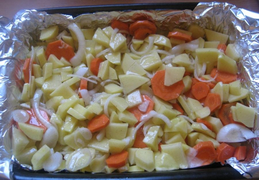 Нарезанные овощи на фольге