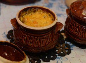 Керамический горшочек с овощами под сыром