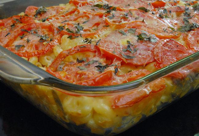 Макароны в духовке с помидорами и сыром