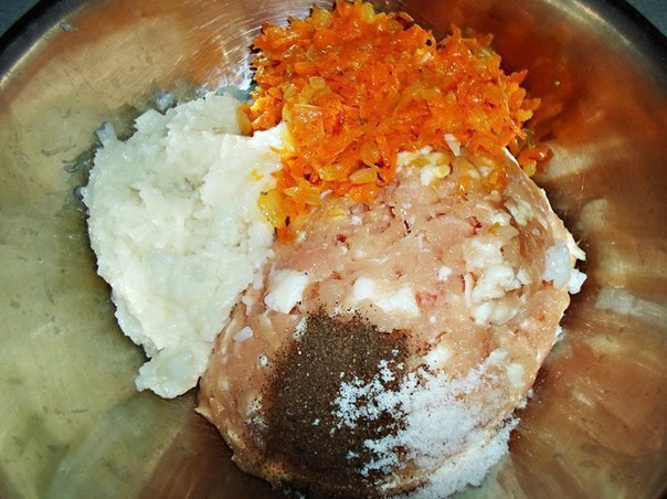 Отварной рис, фарш, обжаренные овощи