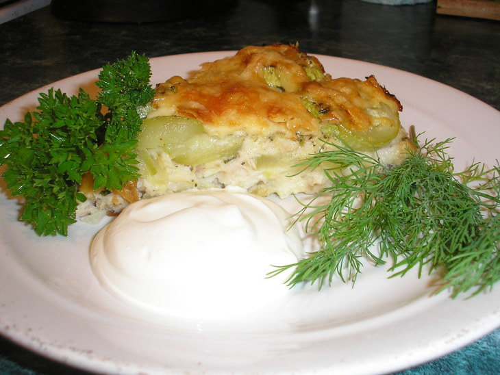 Готовая запеканка из кабачков и куриного филе со сметаной и зеленью