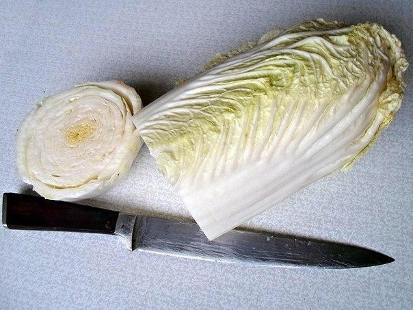 Отрезанная нижняя часть китайякой капусты