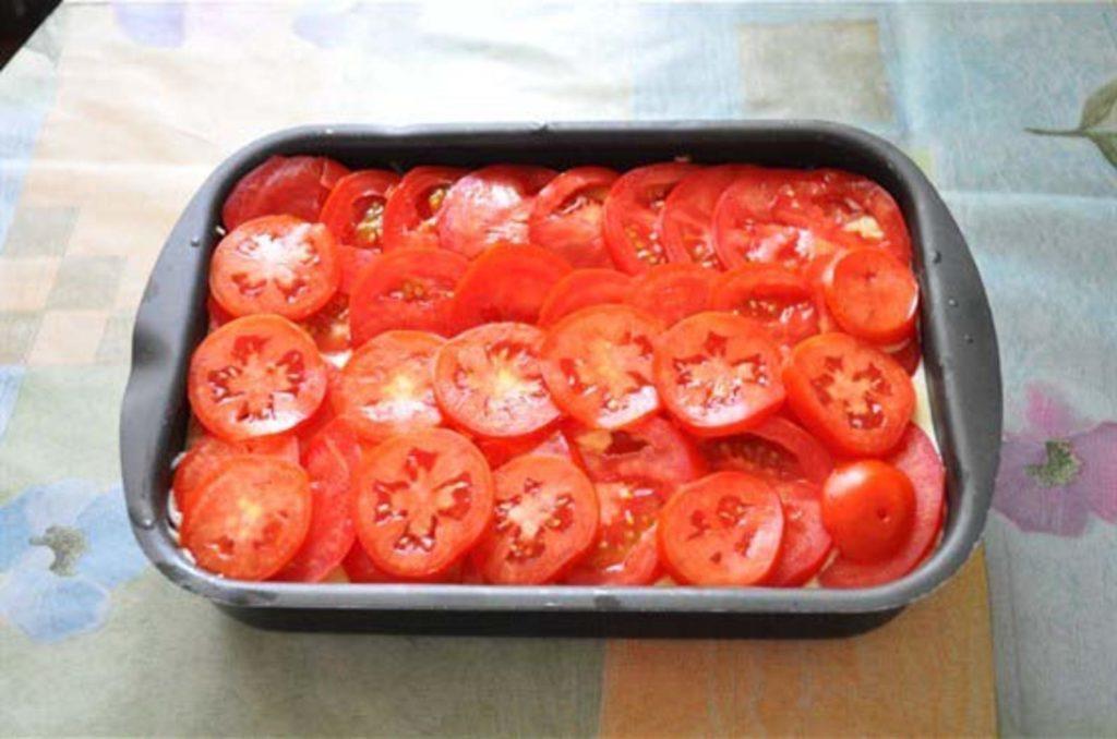 Раскладка нарезанных томатов