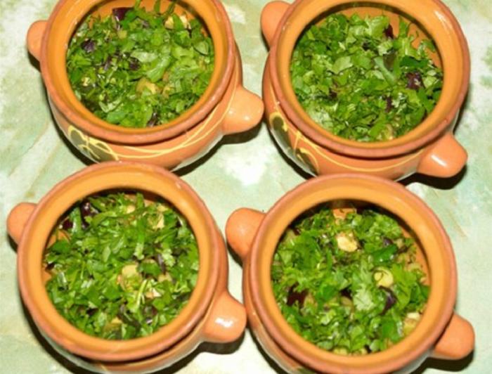 Измельченная зелень на баклажанах