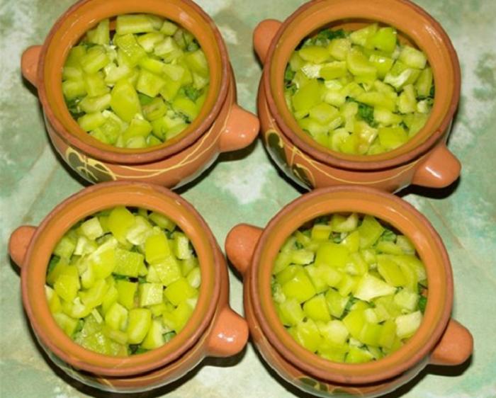 Нарезанный болгарский перец в горшочках