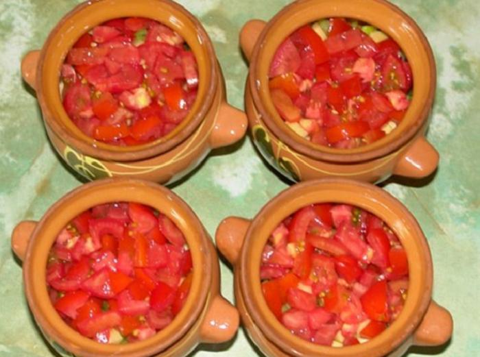 Нарезанные помидоры в горшочках