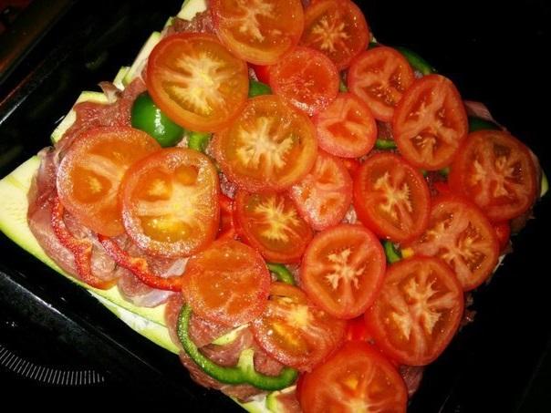 Слой из томатов поверх перца