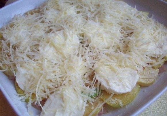 Тертый сыр на запеканке из кабачков