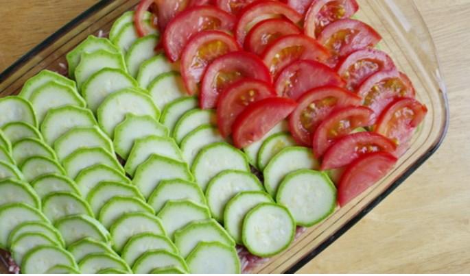 Ломтики томатов поверх цукини
