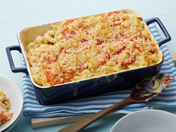 Готовая запеканка из макарон, томатов и сырного соуса