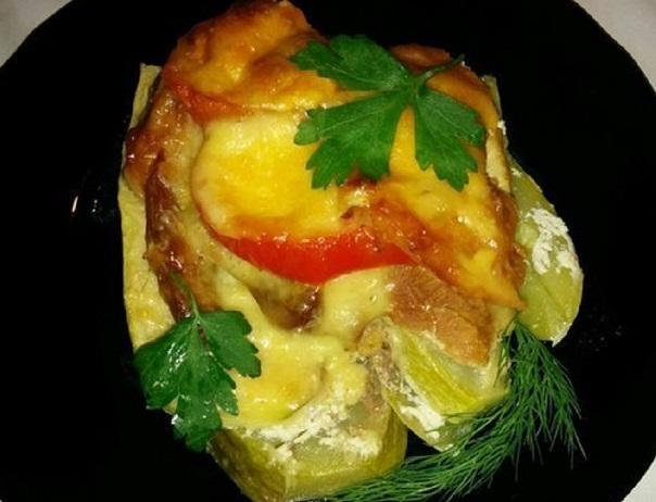 Подача запеченного мяса с овощами под сыром