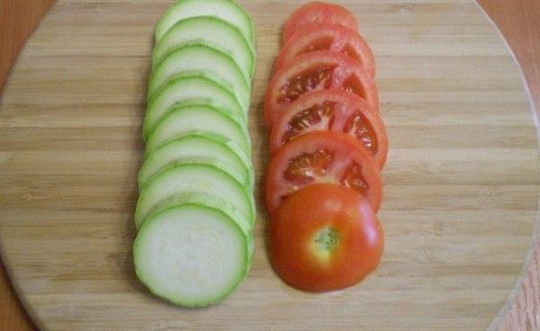 Нарезка кабачков и томатов