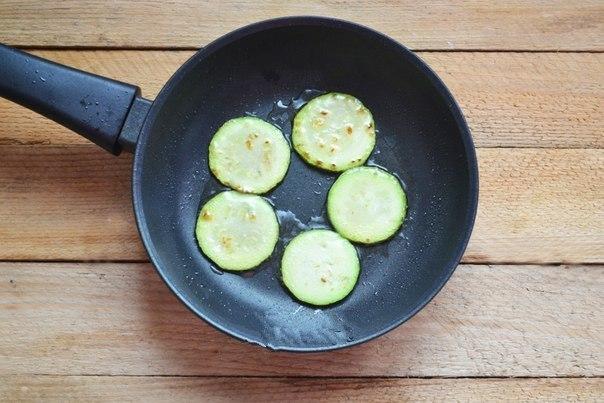 Обжаривание колец кабачков на сковороде